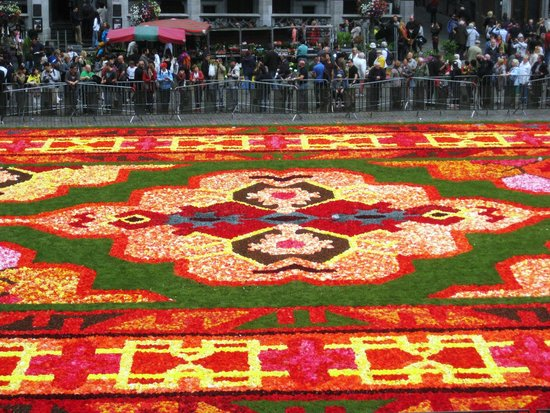 Grand Place: flower carpet from the town hall