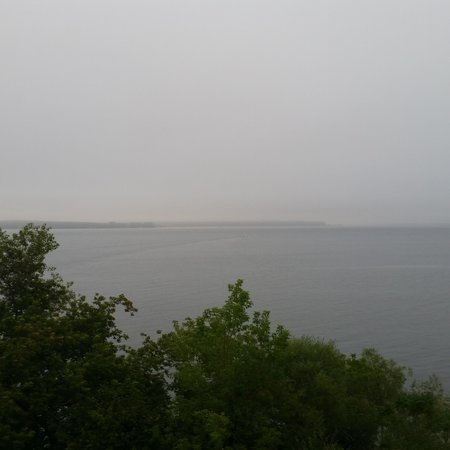 Seagull Bay Motel: Rainy day overlooking Lake Superior to the Island.