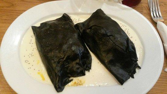Casa Lucas: Cannelloni neri ripieni di fritto misto e verdure con crema di formaggi freschi.