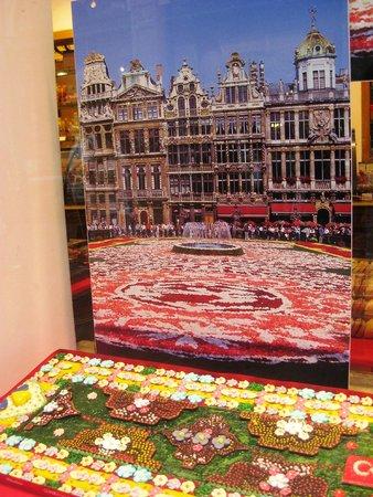 Les Galeries Royales Saint-Hubert : Flower carpet in chocolate in a shop window in Les Galeries Saint Hubert