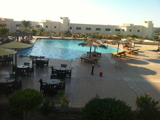 Hilton Hurghada Long Beach Resort: бассейн рядом  с акво баром