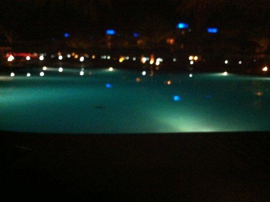Hilton Hurghada Long Beach Resort: бассейн ночью