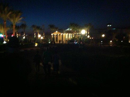Hilton Hurghada Long Beach Resort : вид на отель при въезде