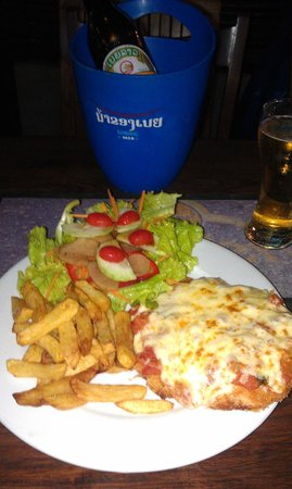 Aussie Sports Bar and Guesthouse: The fantastically huge Chicken Parmigiana