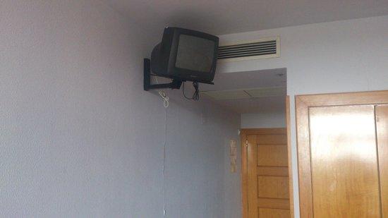 Hotel Esplendid: Télé ridicule, caution 10€ pour télécommande