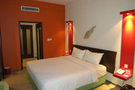 All Seasons Legian Bali: Good sized bed - comfy pillows