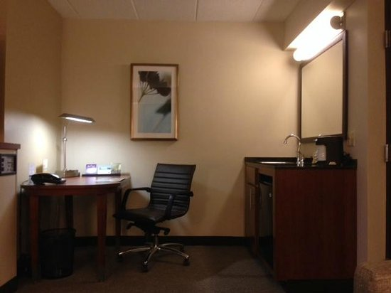 Hyatt Place Baltimore/Owings Mills: Desk & Wet Bar