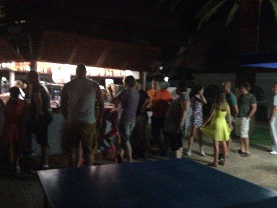 eó Suite Hotel Jardin Dorado: This is the queue to get a drink!!