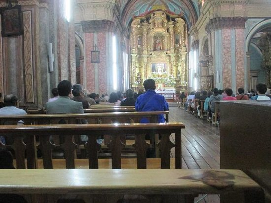 Basilika von Quito: People at Mass