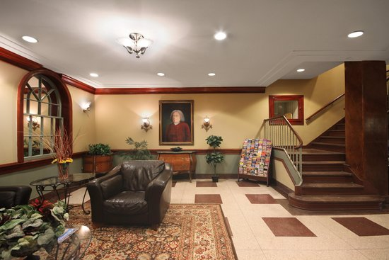The Governor Dinwiddie Hotel & Suites: Lobby