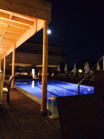 Agrilia Hotel: The pool at night