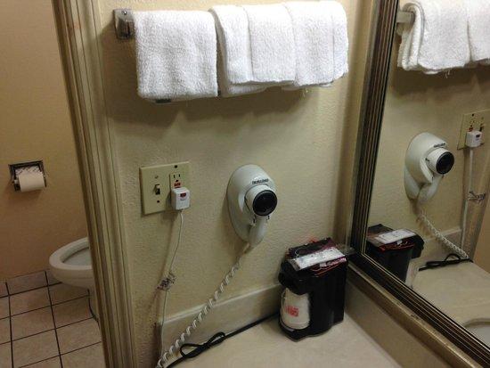 Econo Lodge: clean and neat wash area