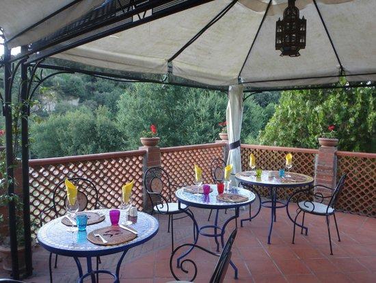 Villa Poggio di Gaville: Tavoli esterni per colazione e cena