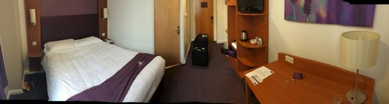 Premier Inn London County Hall Hotel: Similar to a NYC sized room, but much more modern.