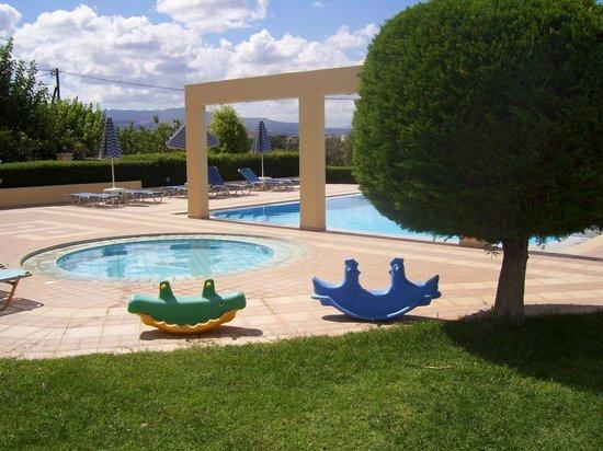 Lofos Apartments : Классный детский бассейн и  милая зеленая площадка