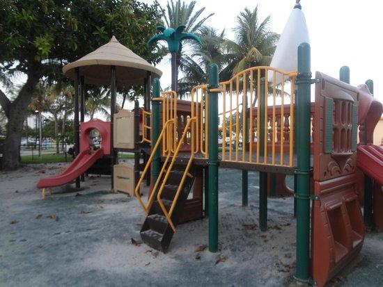 Breakaway Inn: Детская площадка напротив