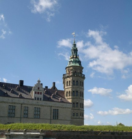 Kronborg Castle: Kronborg ... not dark and mysterious but bright a sunny