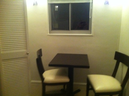 State Plaza Hotel: kitchen table with 2 chairs