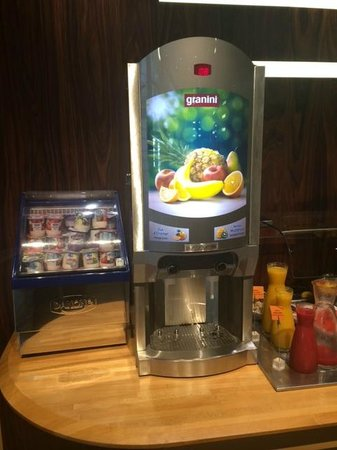 Holiday Inn Paris Marne La Vallee : Fresh juice dispenser and yogurt display