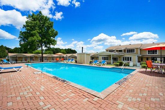 Super 8 Brockville: Out door pool