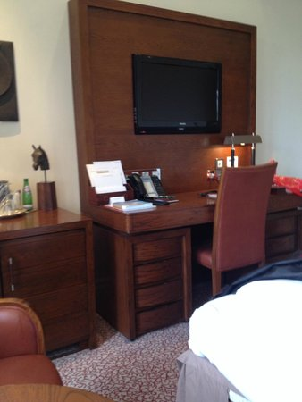 The Royal Horseguards : Desk and tv