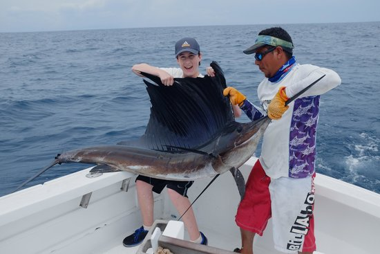 Quepos Fish Adventure Private Day Charters: We Catch Fish!