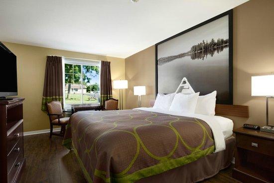 Super 8 Brockville : King bed room