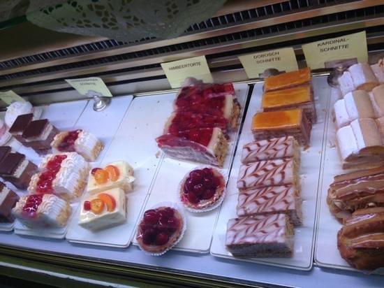Schatz Konditorei: Il banco dolci, riempito in continuazione anche variando le tipologie di dolci
