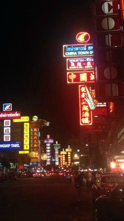 Shanghai Mansion Bangkok: Road the hotel is situated on
