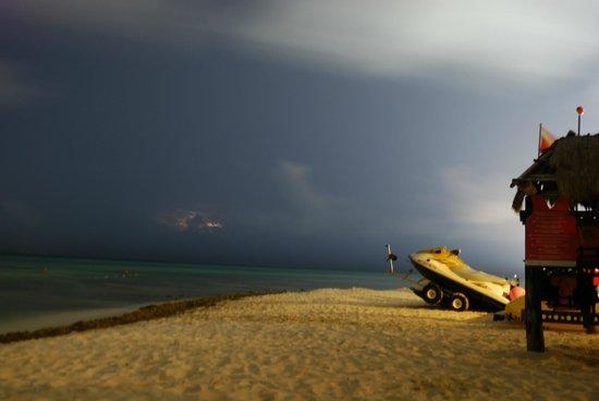 Sandos Caracol Eco Resort : De noche en la playa