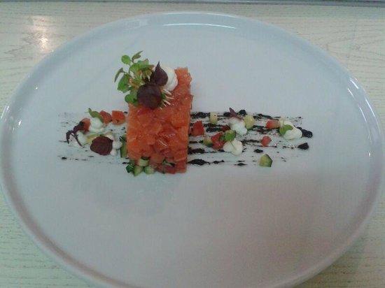 Osteria Bastia 9 : tartare di salmone marinato cetrioli e pomodorini