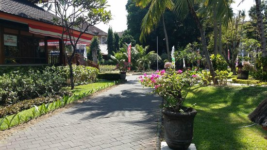 The Jayakarta Bali Beach Resort: Beautiful grounds