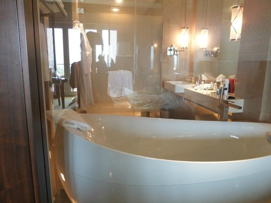 The Ritz-Carlton, Dubai: Club room bath