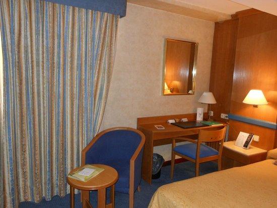Gran Versalles Hotel : Scrivania, poltroncina e tavolino