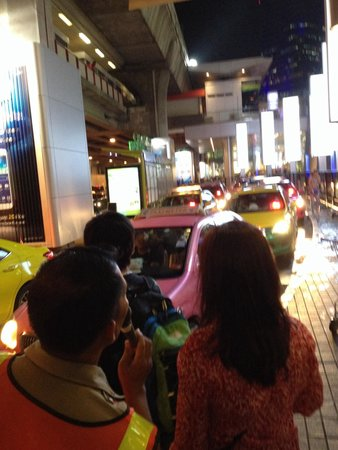 Siam Paragon: Taxi Q with a few Security Guards.