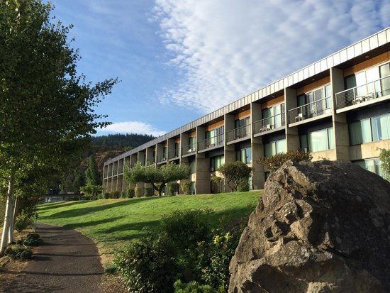 Best Western Plus Hood River Inn: view from the garden path
