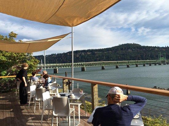 Best Western Plus Hood River Inn: breakfast on the deck overlooking the river