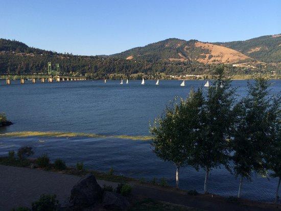 BEST WESTERN PLUS Hood River Inn: regatta on the river at sunset