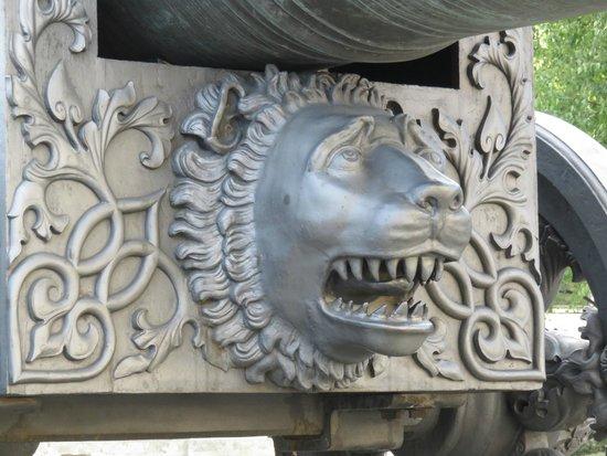 Moskauer Kreml: 大砲台のライオン?
