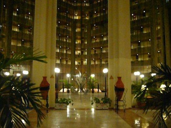 Blau Varadero Hotel Cuba: Inérieur du Blau le soir