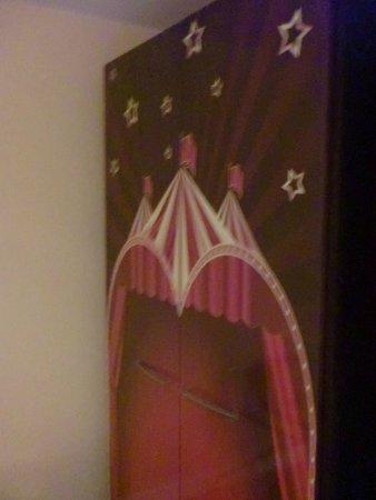 Vienna House Magic Circus Paris : 'armadio'
