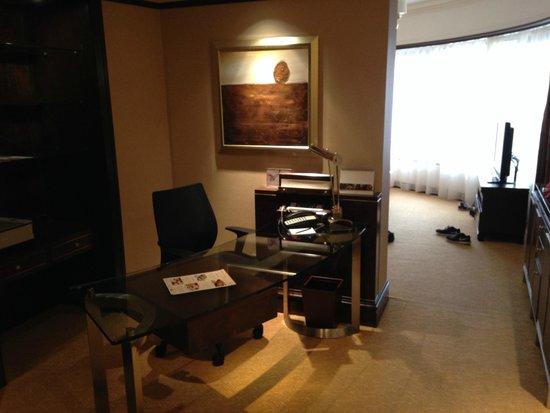 Shangri-La Hotel Kuala Lumpur: Arbeitsbereich in der Premier Selection Suite