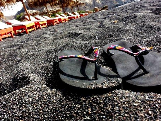 Perissa Beach: Черный песочек