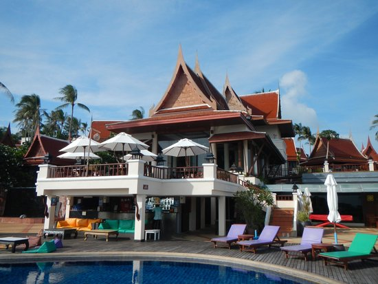 Q Signature Samui Beach Resort: Pool area with a small bar
