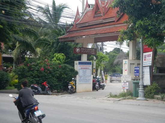 Q Signature Samui Beach Resort: Entrance road near to hotel