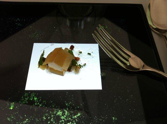Schauenstein Schloss Restaurant Hotel : Essen in Form eines kleinen Weilers auf Tablet. Ein sehr sinnliches Erlebnis für Auge und Gaumen