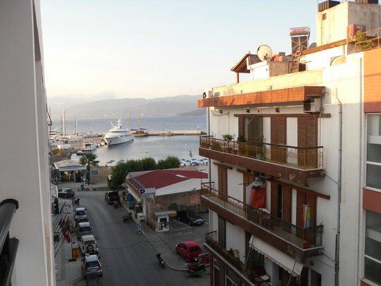 Santa Marina Beach Hotel: Вид из окна на пляж