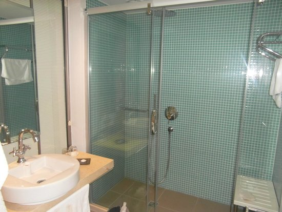 Barut Lara: Waterfall shower