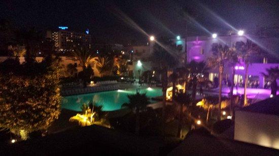 Royal Decameron Tafoukt Beach Hotel: Espace piscine de nuit