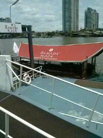 Ramada Plaza Bangkok Menam Riverside: shuttle boat